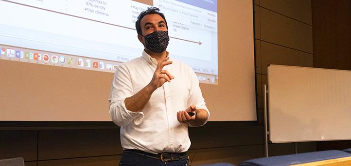 """El genetista Alberto Acedo, cofundador de BiomeMakers, explicó a los estudiantes cuál es su pasión: """"encontrar el código de la vida"""""""