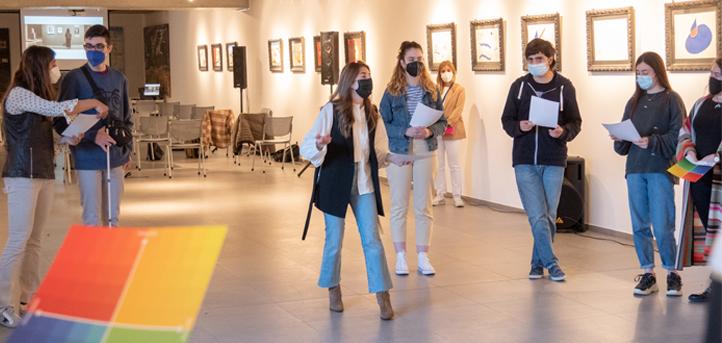 Alba López y Paula Prieto, del Centro Botín, realizan una actividad dirigida a los alumnos de los grados en comunicación sobre arte e inteligencia emocional