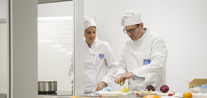 Los doctores Sandra Sumalla e Iñaki Elío comentan las propiedades del yogur en un artículo publicado en El Confidencial