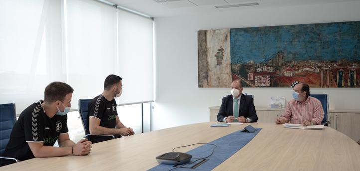 La Universidad Europea del Atlántico y Balonmano Torrelavega renuevan su convenio de colaboración por quinta temporada consecutiva