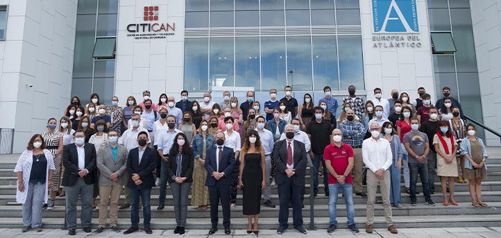 El personal de UNEATLANTICO posa para la foto oficial de familia correspondiente al curso académico 2021-2022