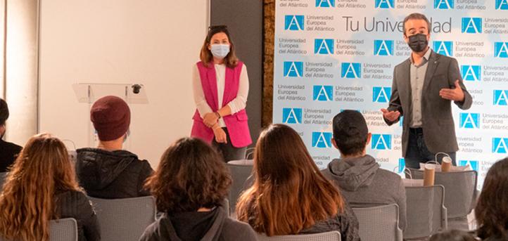 La concejala de Turismo, Miriam Díaz, visita el Campus Universitario para dar la bienvenida a los nuevos estudiantes internacionales
