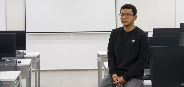 Ernesto Solano, egresado del grado en Ingeniería Informática, recibe el diploma al mejor expediente de su promoción