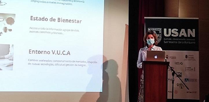 La profesora Alexeeva participó en la conferencia-taller sobre el nuevo paradigma empresarial, impulsado por el ayuntamiento de San Vicente